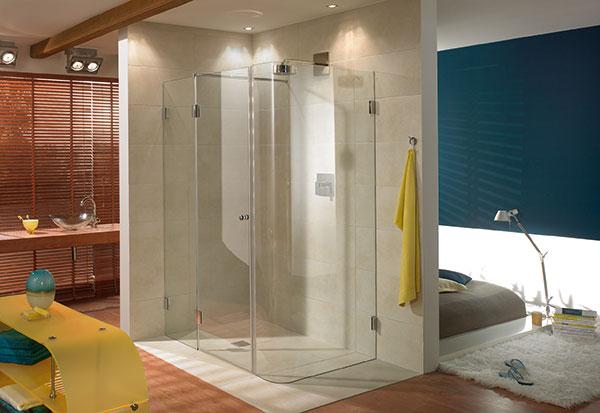 Besonders in kleineren Räumen wirkt die Duschabtrennung aus Glas aufhellend und macht den Raum größer.